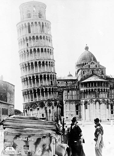 Nazi-SS-Soldiers-at-Leaning-Tower-of-Pisa
